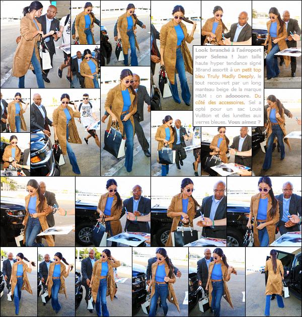 24/11/15 - Miss Gomez a été repérée arrivant à l'aéroport LAX située à LA pour s'envoler vers le Texas. En effet, la belle a été rejoindre sa famille pour célébrer Thanksgiving en leur compagnie. Des fans chanceux ont pu avoir des autographes ! [/alig fen]