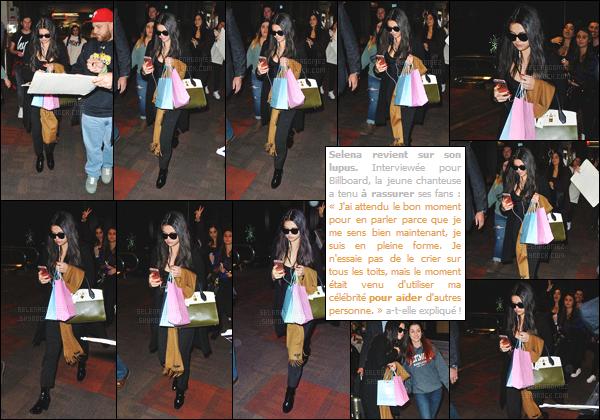 08/12/15 - Miss Gomez a été aperçue par les pap's en arrivant à l'aéroport de la ville de Philadelphie. Selly', qui portait une tenue simple, a été accueillie par une foule de fans. Les chanceux ont d'ailleurs pu prendre des photos avec la chanteuse ![/alig fen]
