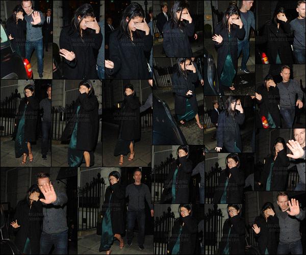 13/12/15 - Miss Selena a été aperçue en quittant le « Edition Hotel » se situant dans Londres - en Angleterre.Accompagnée par le chanteur Niall Horan, notre Gomez tentait d'échapper aux pap's, qui l'éblouissaient avec les flashs ! Que penses-tu de son look ? [/alig fen]