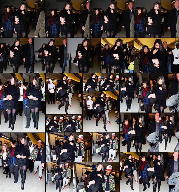 """'""""""""20.01.16'"""" ─ Miss Gomez en arrivant à l'aéroport « LAX » qui se situe dans la ville de Los Angeles, (CA). [/s#00000ize]La jeune chanteuse a décidé de faire un voyage dans la ville de New-York ... Niveau look, j'aime beaucoup cette tenue même s'il y a trop de noir ![/alig fen]"""