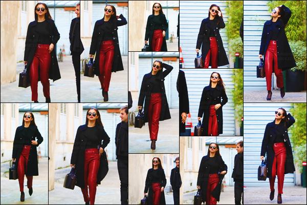 09.03.16 ─  Selly a été photographiée par les pap's en quittant un studio photo, toujours dans les rues de Paris. [/s#00000ize]Une journée chargée pour miss Selena puisqu'elle s'est ensuite rendue au fameux défilé 'Louis Vuitton' se déroulant à l'occasion de la Fashion Week ! [/alig fen]