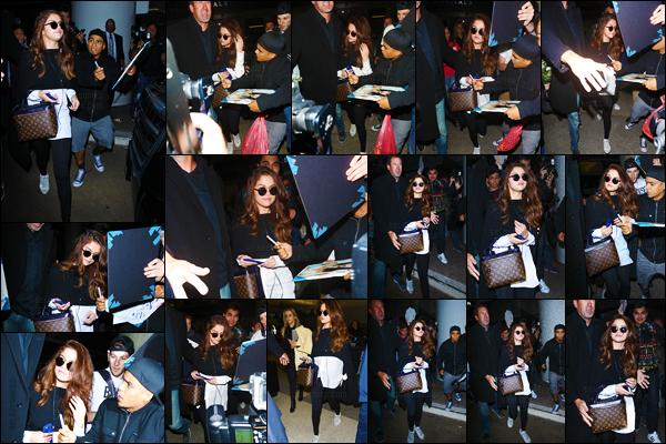 11.03.16 ─ Selena a été aperçue arrivant à l'aéroport « Heathrow » de Londres afin de se rendre à  Los Angeles. [/s#00000ize]C'est donc à l'aéroport LAX que Gomez a ensuite été photographiée. Après les journées chargées qu'elle a eues, place au repos pour la jeune artiste ![/alig fen]