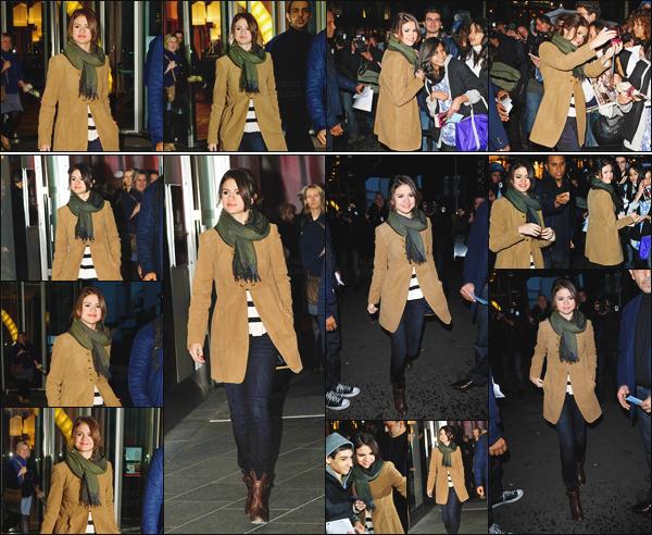 19.10.10 ─ Selena G. a été repérée alors qu'elle quittait son hôtel se situant dans la capitale française,  Paris ![/s#00000ize]Une foule de fans attendait impatiemment la starlette qui, comme à chaque fois n'a pas hésité à prendre des photos ! Niveau tenue, ça passe. Avis ?  [/alig fen]