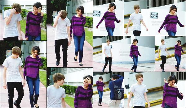 18.12.10 ─ Selena G.  a été vue se baladant avec Justin Bieber à South Beach un quartier qui se situe à Miami.[/s#00000ize]Sourire aux lèvres, Sel semble vraiment s'amuser aux côtés du jeune chanteur canadien ... Côté tenue je ne suis pas fan des ballerines qu'elle porte ! [/alig fen]