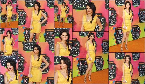 27.03.10 ─ Selena G. a posé sur le tapis orange des «  Kids' Choice Awards » dans la ville de  Los Angeles, CA.[/s#00000ize]Pour cette occasion - la jeune chanteuse s'est vêtue d'une robe jaune plutôt courte, tu en penses quoi ? ... Elle a également posé avec Justin Bieber ![/alig fen]