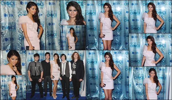 05.01.11 ─ Selena a posé sur le tapis bleu des «  People's Choice Awards » qui avait lieu à  Los Angeles, (CA).[/s#00000ize]Toute souriante et magnifique dans sa robe, la jeune actrice n'est bien évidemment pas passée inaperçue devant les nombreux paparazzis présents ![/alig fen]