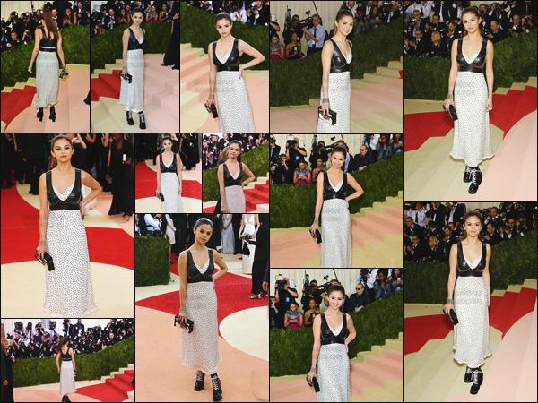 02.05.16 - Miss Selena a foulé le tapis rouge du  «  MET Gala » qui se déroulait (comme toujours) à New-York ! [/s#00000ize]Le look de Selena était signé Louis Vuitton de la tête aux pieds, alliant décolleté en latex et boots à talons ! C'est un petit flop selon moi ... Ton avis ?[/alig fen]