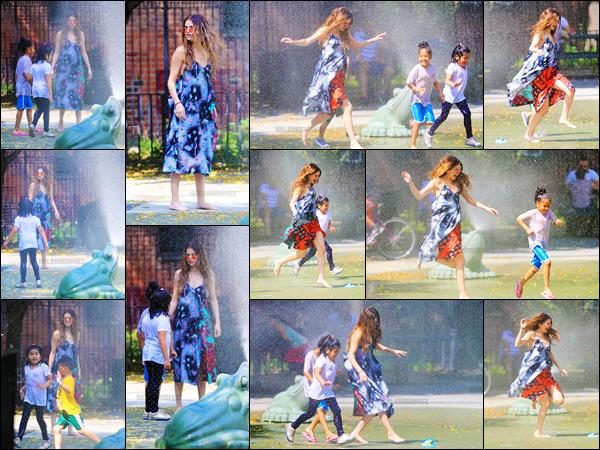 01.06.16 - Selena a été vue alors qu'elle s'amusait avec des enfants dans un parc qui se situe à  Brooklyn, (N-Y). [/s#00000ize]Cette sortie a de réelles allures de photoshoot, Selena a l'air de passer un très bon moment à cet endroit. Au niveau de la tenue, c'est un beau top ![/alig fen]