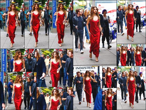 03.06.16 - C'est à deux reprises que Selena a été repérée par des pap's, se baladant dans les rues de  New-York. [/s#00000ize]Deux sorties et deux looks différents pour une seule et même journée ... Un point commun aux deux tenues : la couleur rouge ! Tu préfères laquelle ?[/alig fen]