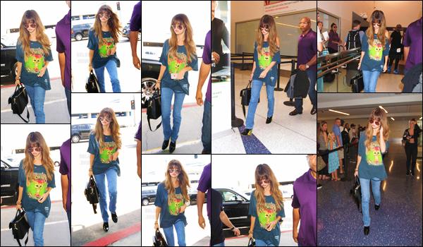 10.07.16 - Selena a été photographiée en arrivant à l'aéroport «  LAX », se situant dans la ville de Los Angeles ! [/s#00000ize]La starlette s'apprêtait à prendre un vol direction le Canada afin d'y donner un concert dans le cadre d'un festival de musique, vous aimez sa tenue ?[/alig fen]