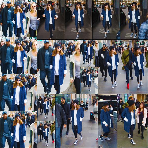 05.08.16 - Selena a été vue en se promenant dans les rues de  Melbourne, une ville qui se trouve en Australie ! [/s#00000ize]La Gomez a profité de son passage en Australie pour faire plaisir à une fan en organisant une rencontre surprise. Clique ici pour voir la vidéo ! Avis ?  [/alig fen]