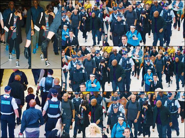 10.08.16 - Miss Selena à l'aéroport international de  Sydney afin de se rendre à Brisbane toujours en  Australie. [/s#00000ize]Selena a donc du prendre un vol d'une durée d'1h30 plus ou moins afin de se rendre dans une autre ville australienne et ainsi poursuivre sa tournée ![/alig fen]