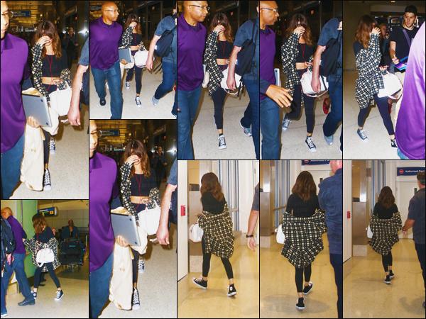 14.08.16 - Miss Selena a été repérée  arrivant à l'aéroport «  LAX », de retour dans la ville de  Los Angeles (CA). [/s#00000ize]Eblouie par la lumière, Selena ne semble pas tellement d'humeur ... Après une journée chargée ainsi qu'un trajet en avion, ce n'est rien d'étonnant ![/alig fen]