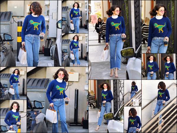 """"""" _• 19.01.17  """" ─ Sel Gomez a été aperçue en quittant Nine Zero One Salon un salon de coiffure situé à West Hollywood.Selena portait  une tenue alliant simplicité & efficacité, mention spéciale pour son jean effet boyfriend que j'apprécie tout particulièrement !   """""""