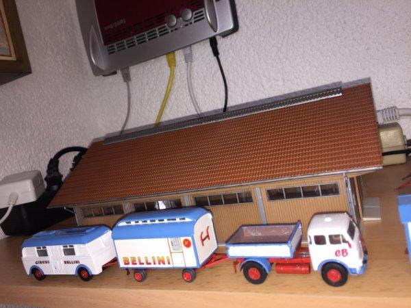 e des autres remorque: un toilette e un vieux remorche d'autobus, che dans les annees 70 en Allemand etait souvent utilisee