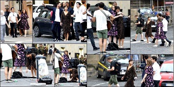 . 21.06.2018: La sublime Selena Gomez  à était photographier avec quelque amis dans les rues  dans la ville de Rome, en Italie ! C'est dans une robe décontracter qu'elle a était vue en jouant les touristes dans la ville de Rome, Selly Gomez a put profiter de la douceur de la ville  .