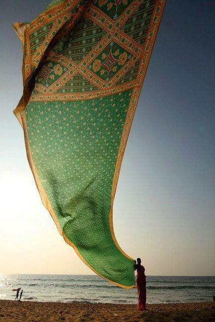 Indienne faisant sécher son sari