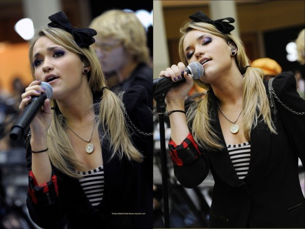 "(Flashback) Le 31 Octobre 2009 : Emily donnait un concert d'Halloween dans le centre commercial de Markville à Ontario au Canada, afin de promouvoir son album ""All The Right Wrongs""."