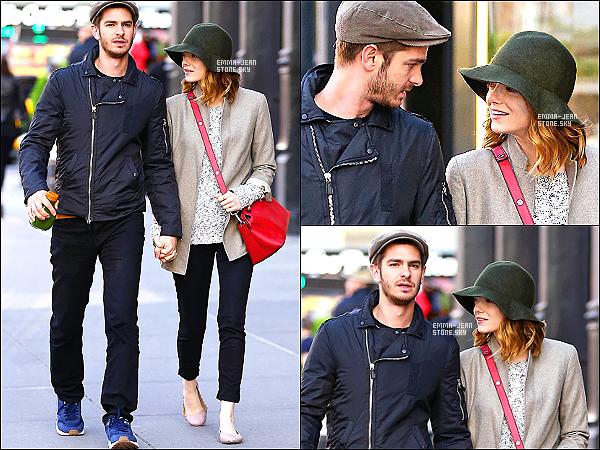 18.05.2014:  Notre petit couple préféré, Stonefield, a été aperçu se baladant mains dans la mains dans NY.  Ils sont vraiment mignons tous les deux, toujours complices lors de leurs sorties. - Un beau top pour sa tenue.