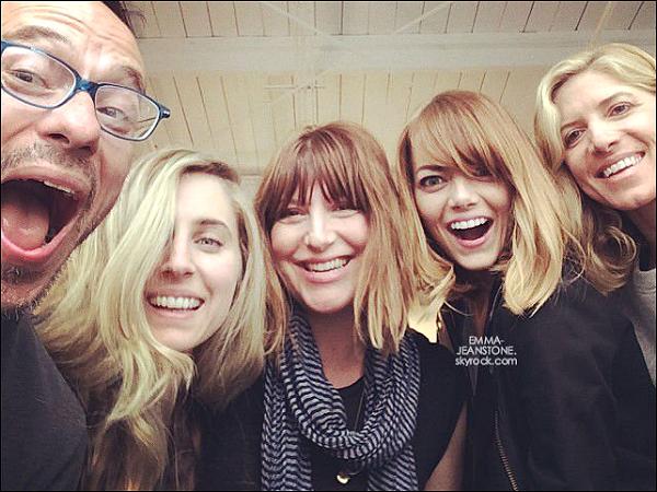 """28.05.2014:  Rachel Goodwin a posté une photo de la belle Emma sur son compte Instagram avec le message suivant:  """"Aujourd'hui épuisée, je ne veux plus jamais travailler avec ces gens ! #jerigole, #jevousaimesaudelà, #jen'arrivepasàcroirequ'on puisseappelercatravailler"""""""