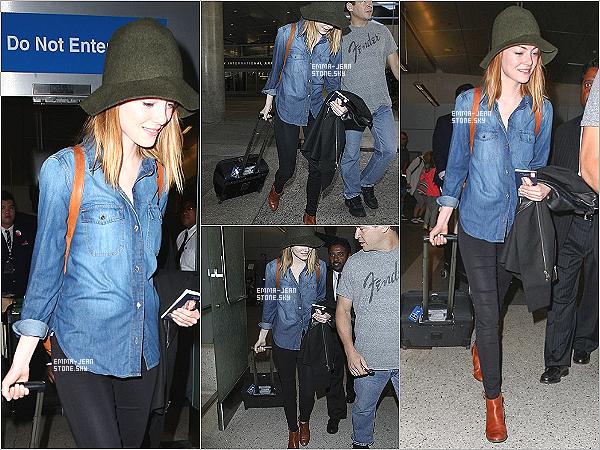 31.05.2014:  Miss Emma Stone arrivant à l'aéroport de LAX, la voilà de retour à Los Angeles avec Andrew.  Em' est toute mignonne. -  Coté tenue j'aime beaucoup sa chemise en jean, ça lui va bien, le chapeau je suis moins fan.
