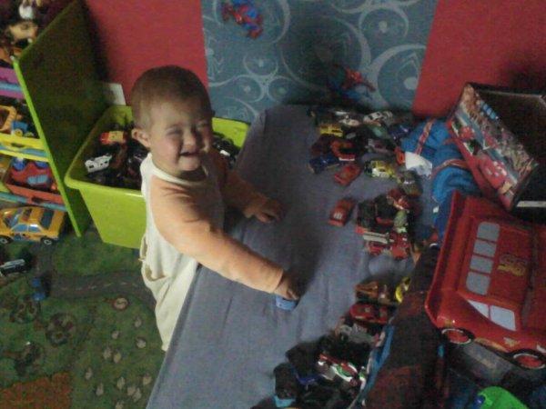 Emilio avec ses petites voitures !!!