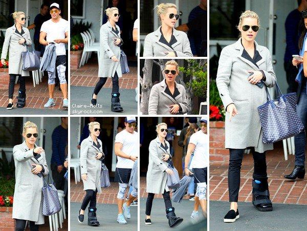 """.   24.02.2017 Claire, est enfin de sortie dans les rues de West Hollywood. Elle porte une tenue toute simple, un long manteau gris, un pantalon noir serré et des chaussures noirs. """""""