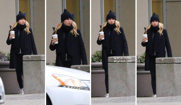 """.   11.03.2017 Claire, a été vue café en main à Vancouver. Elle porte une tenue sombre, accompagnée d'une écharpe et d'un bonnet, il semblerait que le temps soit froid. """""""