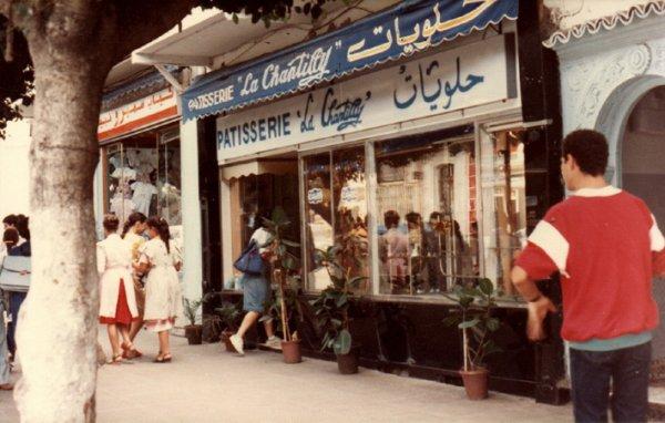 El-Biar. La pâtisserie Le Chantilly face à la place Kennedy à Alger.