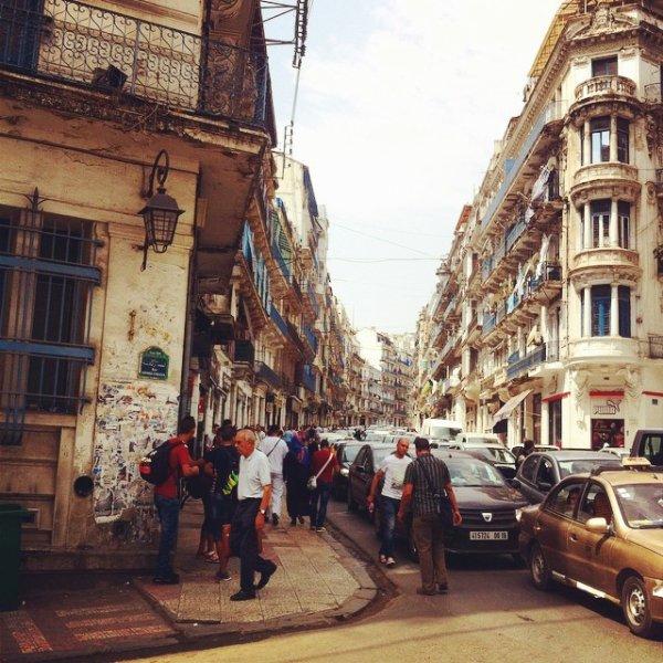 angle de la rue Didouche Mourad et la descente vers la rue Ahmed Zabana ou le début de la rue Meissonier
