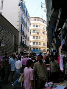 prés du marché de la rue Ferhat Boussad.
