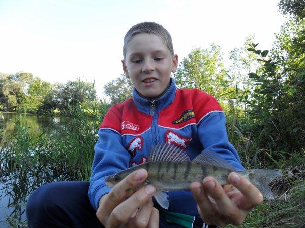 Mickael pêche d'un petit sandre a la tirette .
