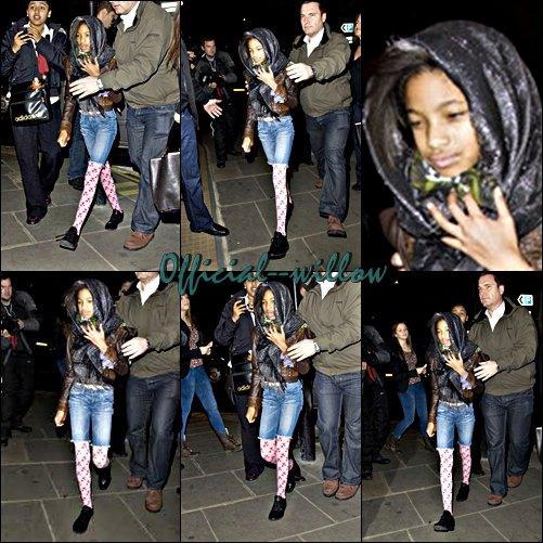 """Willow Smith avec sa  famille, allant  diner au restaurant """"La porte des Indes"""" à Londres.On a réussi à entrevoir le look de Willow Smith malgré ses tentatives de se cacher des paparazzi."""