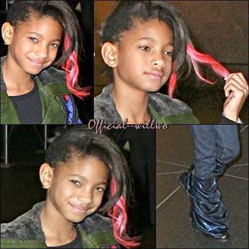 Willow Smith avec ces mèches rose, quittant son hôtel dans New-York.Willow a été prise en photos à New York alors qu'elle promenait son chien. On a remarqué qu'elle avait une jolie mèche rose dans les cheveux.