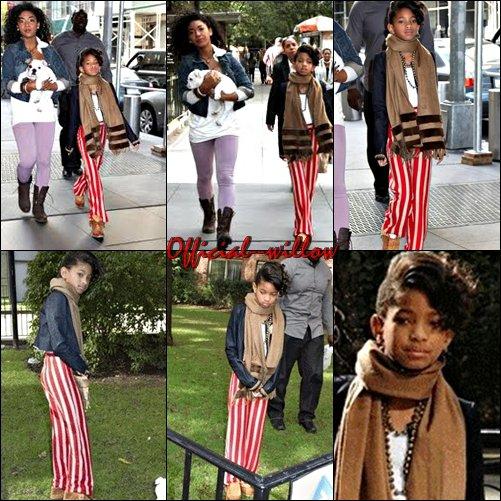 """20/10/10 : Willow smith promenant son chien dans les rues de New York Willow Smith attire tous les objectifs sur elle depuis qu'elle a dévoilé le clip de """"Whip My Hair"""". Hier après-midi, elle a été prise en photos à New York alors qu'elle promenait son chien."""