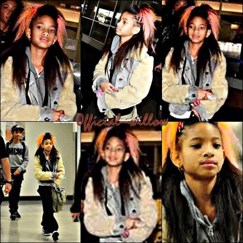 25/03/11 Willow est de retour à Los Angeles ! Elle a été aperçu à l'aéroport LAX.Elle & drôlement belle sa coupe y'a rien à dire super belle. C'est un TOP.