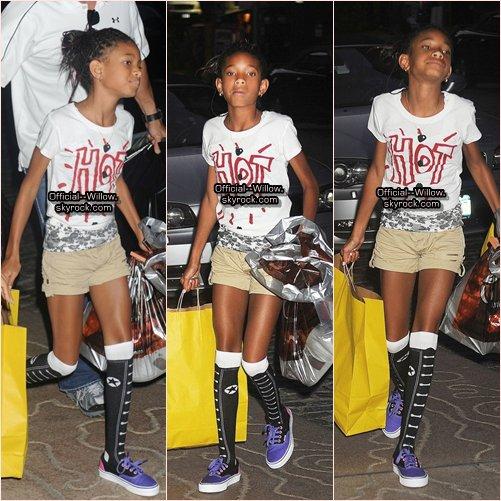 30/06/11 Willow à été aperçut dans L'EST de New york Faisant du Shopping ! Flashback J'adore vraiment la tenue ! *Remarque Toujours les mêmes tresses !:)                                                              TOP OU FLOP ?