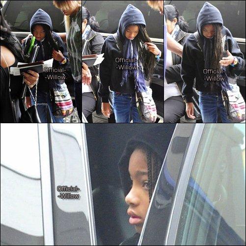14/05/11 :  Willow à été apercut quittant l'aéroport de LAX ( Los angeles ) ! Flashback :   J'adore ses chaussures elle sont superbe ! & Bien sa veste normal TOP ou FLOP? Ton avis