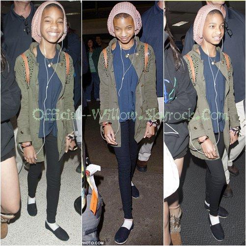 15/o2  Willow smith à été aperçu toute souriante arrivant à l'aéroport de [ Los Angeles ].   Willow , en pleine crise d'ado ? je n'aime pas du tout , jsuis très déçue .TOP / FLOP / BOF ?