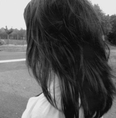"""""""J'veux pas être la fille qui chamboule ton coeur, qui compresse tes poumons, qui te fait tourner la tête, celle à qui tu veux décrocher la lune et pour qui tu donnerais ta vie. Je veux juste être la personne qu'on retrouve dans ton sourire, même si ce n'est qu'une esquisse. Je veux juste que tes yeux brillent étrangement quand tu entend mon nom. Celle qui vient parfois se glisser dans tes rêves, mais pas en tant qu'héroïne, mannequin ou grande exploratrice, non, juste en figurante, mais la figurante qui te donne un coup de pouce quand tu en as besoin. Je veux que tu penses à moi quand tu vois une étoile. Je veux retrouver un peu de moi dans tes éclats de rire. Mais c'est peut-être trop te demander."""""""