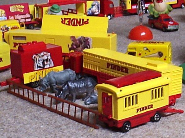A77 - HIPPOS  ET  RHINOS DANS LE ZOO