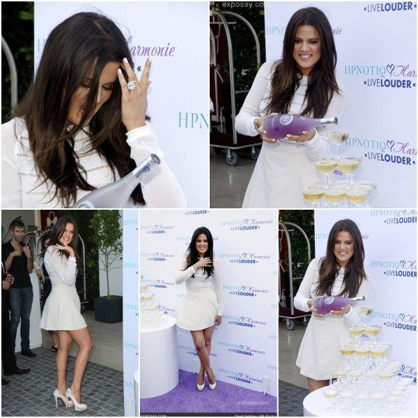 """Mercredi 1er août: Khloe est d'abord allée rafraîchir sa couleur dans salon en début de journée, avant d'aller inaugurer l'évènement """"Coktail Recipe"""" puis elle a ensuite rejoins sa mère et ses demi-soeurs pour la soirée """"Seventeen"""" qui célèbre la couverture de Kendall et Kylie"""