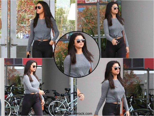 18.06.06 - Selena a de nouveau été se balader dans les rues de Los Angeles.   Je suis contente que la miss recommence a sortir. C'est un beau Top pour sa tenue ! Avis ?