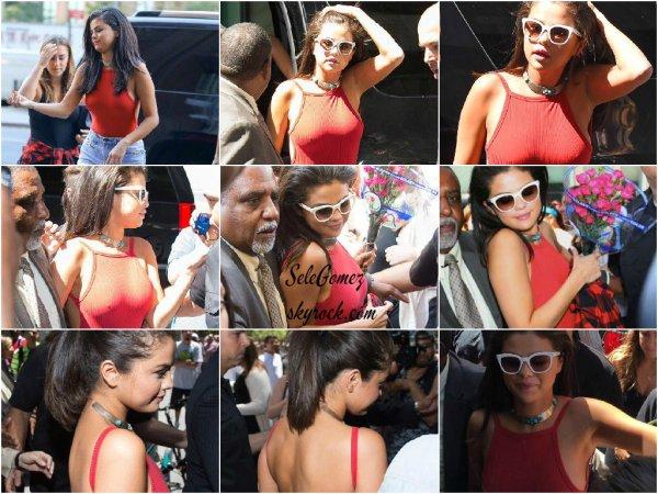 22.06.15 - S. a été vue arrivant a la radio Sirius XM pour le Elvis Duran Show afin de promouvoir Good For You a New York.     Découvrez également les photos de Selena en pleine interview et dans les locaux de la radio.