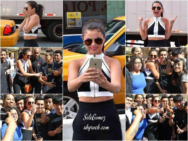 22.06.15 - Le même jour, Selena était toute heureuse dans les rues de New York et a Time Square entourée de nombreux Selenators.    Selena a l'air plus heureuse que jamais ! La voir aussi souriante me donne moi aussi l'envie de sourire.