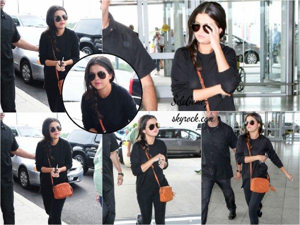 23.06.15 - Selena a ensuite été vue quittant les studios de MTV pour se rendre a l'aéroport de JFK a New York.   Le séjour de Selena a New York est déjà finie ! La belle est de retour a Los Angeles. Avis sur la tenue de S. ?