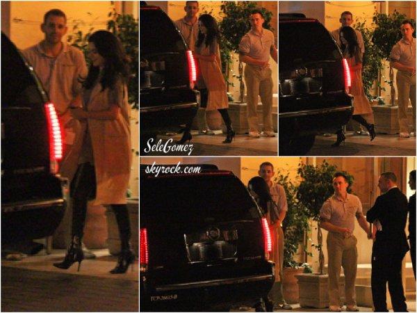 25.06.15 - Le soir, Selena a été aperçue quittant son hôtel pour aller dîner avec son ami et chanteur Ed Sheeran.    Même si Selena reste très jolie dans cette tenue, je ne lui accorde qu'un petit Top. Avis ?