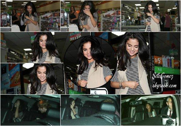 25.06.15 - Probablement après avoir dîné avec Ed - Selena arrivait a la fête de Tori Kelly toujours a Los Angeles.   Plusieurs célébrités étaient également de la partie. - Notamment, Justin Bieber, Cody Simpson et Ashley Benson.