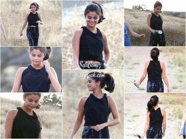 26.06.15 - Selena a été aperçue faisant une petite randonné a Hollywood Hills, en Californie.     La belle enchaîne les sorties en ce moment - difficile de la suivre. Un bof pour sa tenue. Avis ?