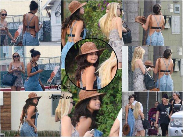 29.06.15 - Selena G. , Raquelle Stevens, Cody Simpson et Corey Harper sont allés manger des glaces ensemble a Venice Beach.    Selena et Cody auraient passés du temps ensemble pour l'écriture d'une chanson. Niveau tenue, c'est un très gros Top pour Sel' !